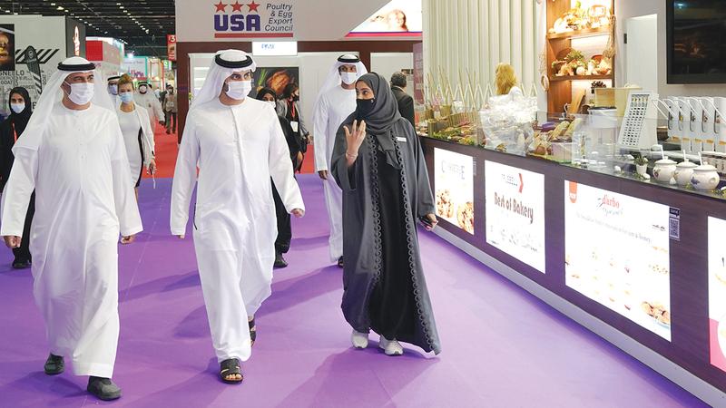 مكتوم بن محمد خلال افتتاحه المعرض.   وام