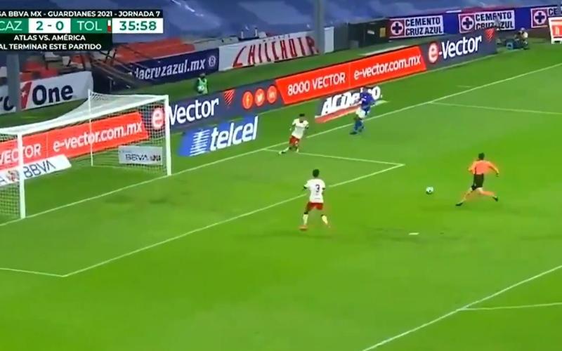 الصورة: بالفيديو: أغرب لقطة في عالم كرة القدم.. ماذا يفعل الحكم في الـ 18