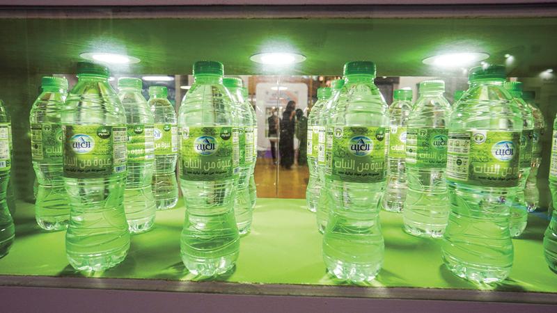 عبوات مياه العَين مصنّعة من مواد نباتية.. وخالية من المواد البلاستيكية.  تصوير: أشوك فيرما