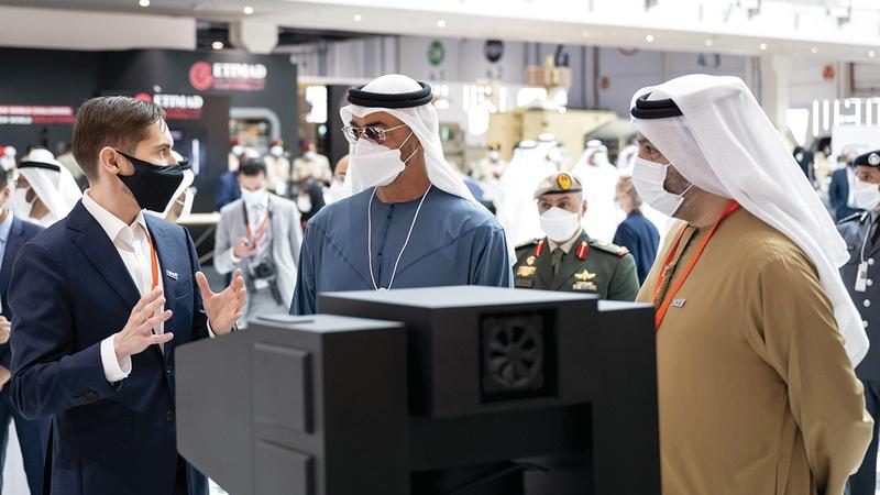 محمد بن زايد خلال الجولة التفقدية في «آيدكس 2021». وام