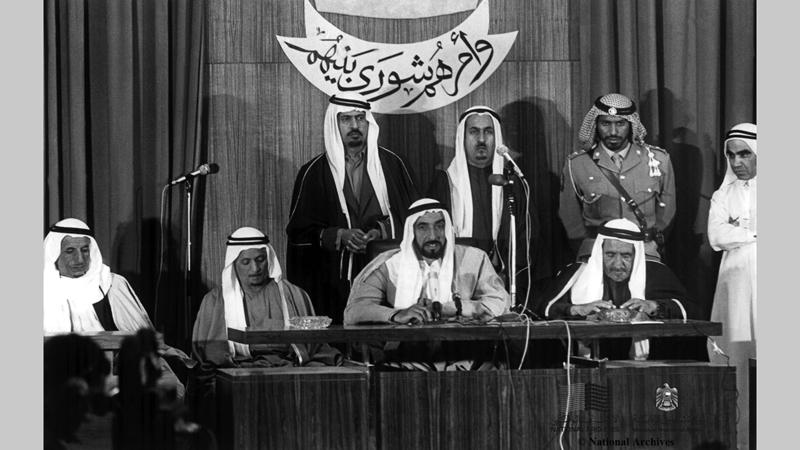 الشيخ زايد بن سلطان آل نهيان والشيخ راشد بن سعيد آل مكتوم أثناء افتتاحهما الجلسة أولى للمجلس الوطني الاتحادي - 13 فبراير 1972.(الأرشيف الوطني)