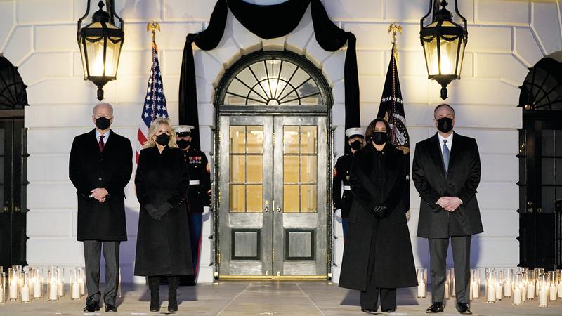 بايدن والسيدة الأولى وكامالا     هاريس وزوجها خلال تأبين ضحايا «كورونا» في الجانب الجنوبي من البيت الأبيض.  أ.ب