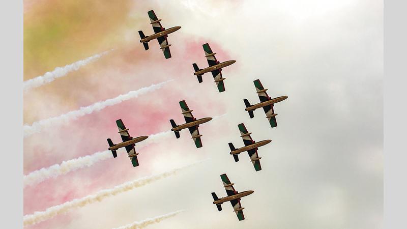 قدّم فريق الفرسان التابع للقوات المسلحة عروضاً وتشكيلات فريدة، بمناسبة انطلاق معرضي «آيدكس» و«نافدكس»2021.