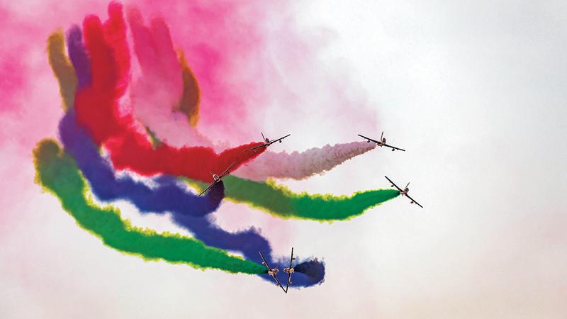 ورسم الطيارون في سماء أبوظبي مجموعة من الأشكال واللوحات الجمالية والفنية بالألوان.