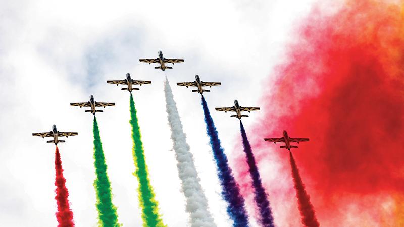 وأبهرت العروض الجوية للفريق زوار المعرض، لما أظهره أعضاء الفريق من مهارات عالية في الحركة والمناورة، التي صاحبتها أعمدة الدخان التي حملت ألوان علم دولة الإمارات.