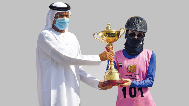 الفارسة المغربية مها خالد تتسلم كأس المركز الأول.   تصوير: مصطفى قاسمي