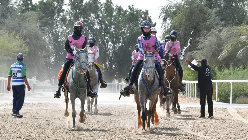 السباق أقيم لمسافة 120 كيلومتراً بمشاركة 79 فارسة.     تصوير: مصطفى قاسمي
