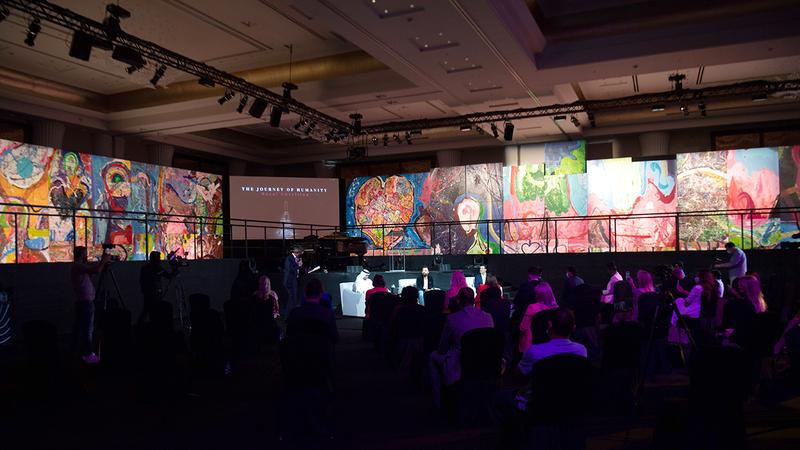 العمل الفني العملاق حصل على لقب أكبر لوحة فنية على القماش بالعالم في موسوعة «غينيس» للأرقام القياسية العالمية.  تصوير: أحمد عرديتي