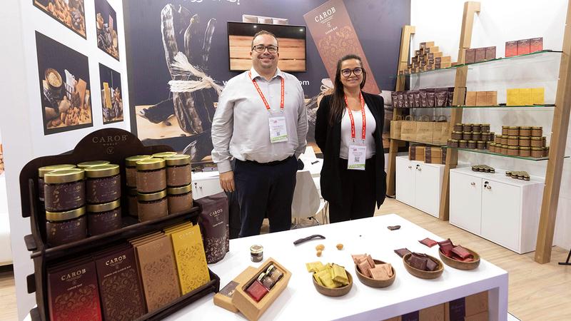 شركة «كاروبورلد» طرحت عبر منصتها في «غلفود» منتجات لشوكولاتة مصنّعة من ثمار الخروب العضوية. تصوير: أحمد عرديتي