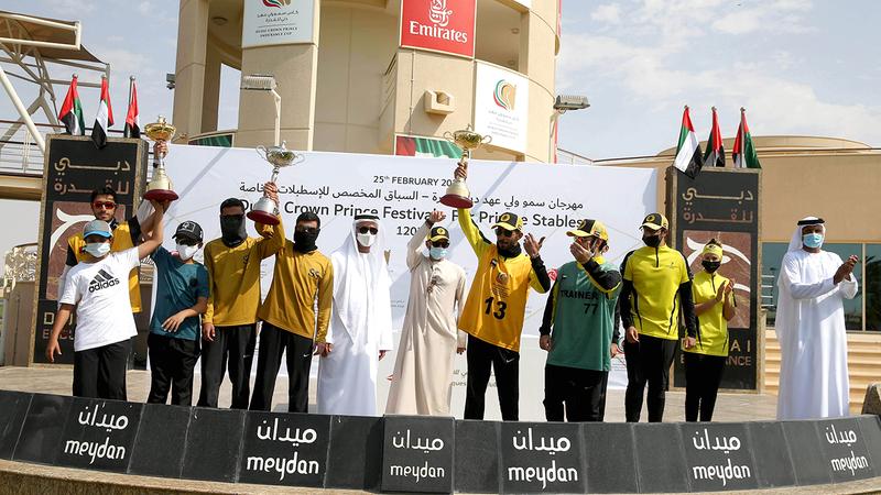 الأبطال على منصة التتويج في اليوم الثاني لمهرجان ولي عهد دبي للقدرة. تصوير: أسامة أبوغانم