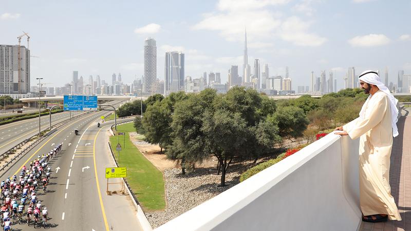 محمد بن راشد خلال متابعته سباق مرحلة دبي ضمن «طواف الإمارات للدراجات الهوائية». وام