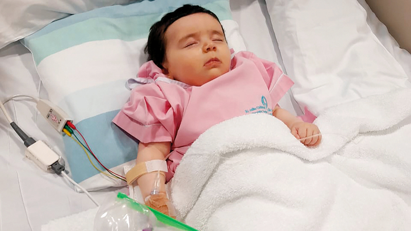 الطفلة منيرة بعد حصولها على الحقنة الوريدية. من المصدر