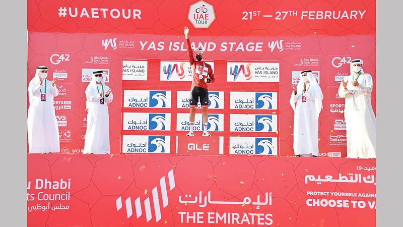 خلال تتويج دراج فريق الإمارات تادي بوجاتشر بحضور الخييلي وحارب والعواني.   من المصدر
