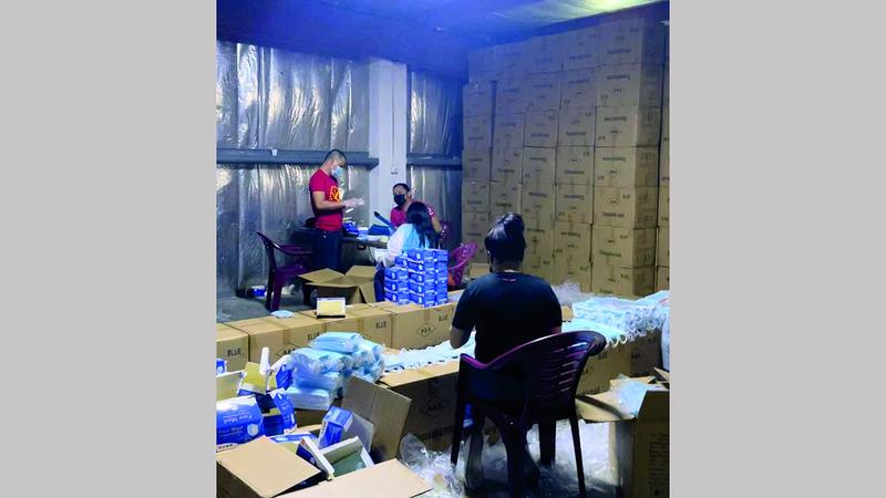 عملية تخزين وإعادة تعبئة الكمامات تجري بصورة مخالفة للقانون. من المصدر