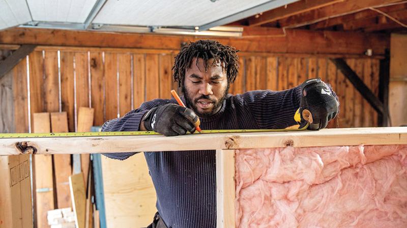 سيفرايت بادر بصنع البيوت الخشبية لمساعدة المحرومين.= أرشيفية