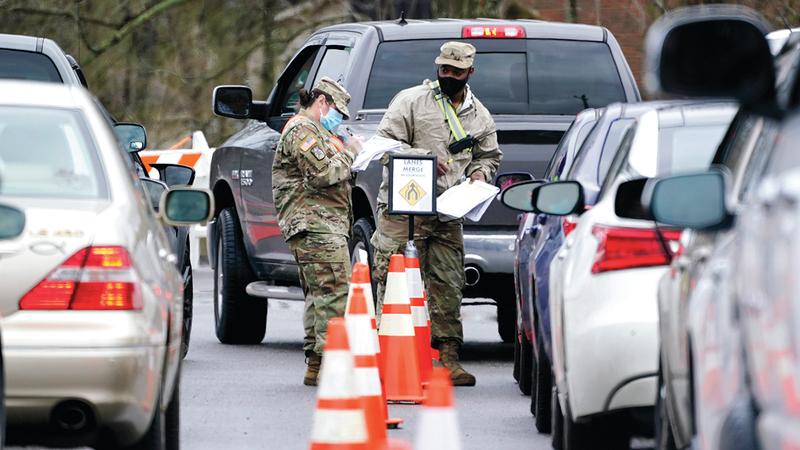 عنصران من الجيش الأميركي ينظمان عملية التلقيح في ولاية تينيسي.  أ.ب