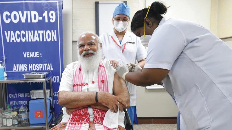 ناريندرا مودي خلال تلقيه اللقاح.  إي.بي.إيه