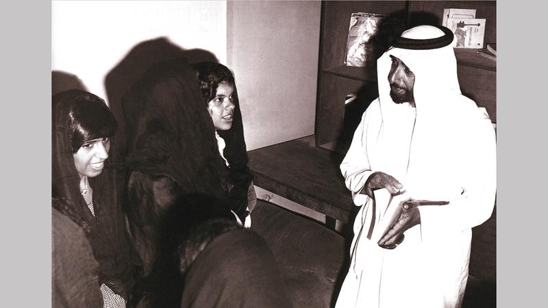 الشيخ زايد بن سلطان آل نهيان في زيارة لأحد فصول محو الأمية. «الأرشيف الوطني»