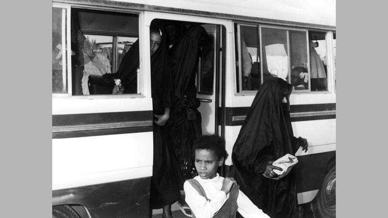 اهتمّت المرأة الإماراتية بتعليم أبنائها وحرصت على ارتيادهم أفضل المدارس.  «الأرشيف الوطني»