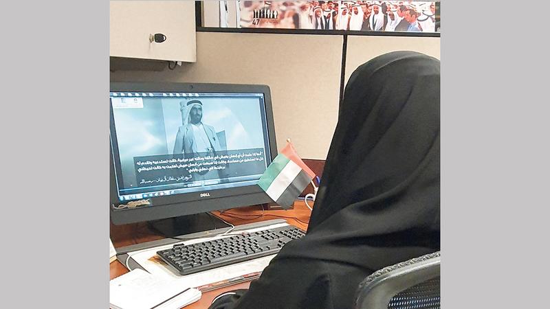 المرأة الإماراتية تؤدي دورها الوطني في جميع المجالات.                «الأرشيف الوطني»