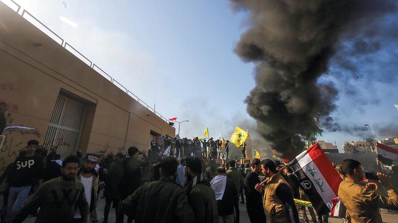 ميليشيات عراقية أطلقت الصواريخ على السفارة الأميركية في بغداد ما أدى إلى تدمير كبير ولكن إصابات خفيفة. أ.ف.ب