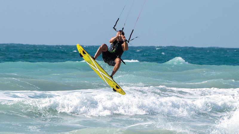 ركوب الأمواج بوساطة الشراع من الرياضات المحببة للصغار قبل الكبار.  وام