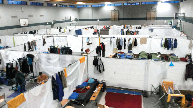 لاجئون في معسكر مؤقت داخل ملعب لكرة السلة.   أرشيفية