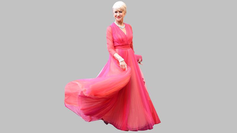 هيلين ميرين ترتدي فستاناً وردياً من وحي لون فستان بيلوسي.  غيتي