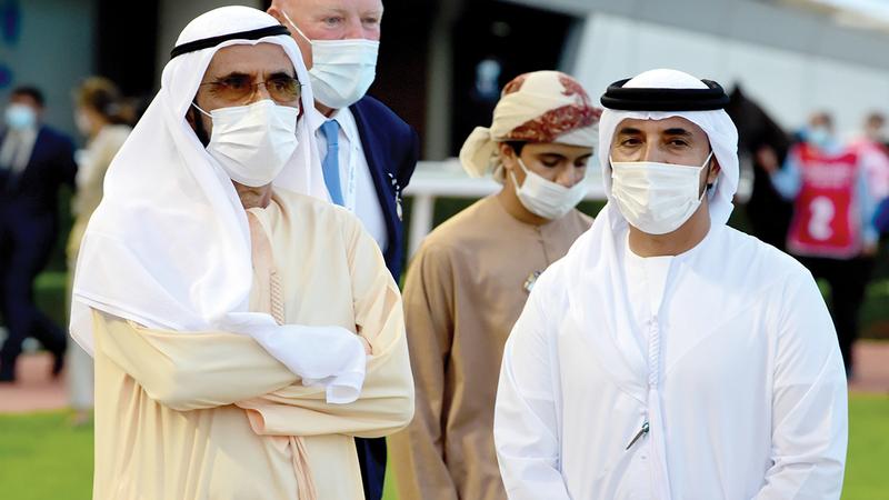 محمد بن راشد خلال حضوره سباق «سوبر ساتردي».   تصوير: أسامة أبوغانم