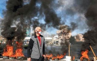 الصورة: متظاهرون يغلقون طرقاً رئيسة في لبنان احتجاجاً على تدهور الليرة