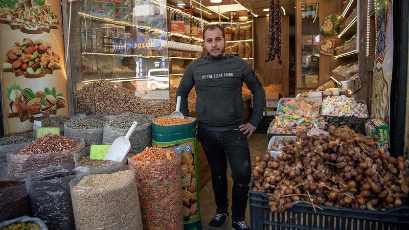 زكريا الصباغ (23 عاماً) بائع فواكه مجففة.  أ.ف.ب