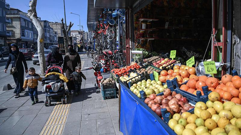 جادة إينونو أحد الشوارع التجارية الرئيسة في مدينة غازي عنتاب.  أ.ف.ب