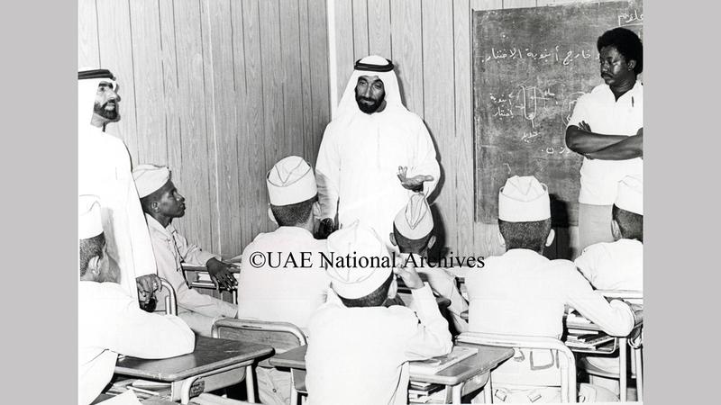 الشيخ زايد بن سلطان آل نهيان يتحدث إلى طلبة المدرسة العسكرية في غياثي خلال جولته بالمنطقة الغربية أكتوبر 1979.      «الأرشيف الوطني»