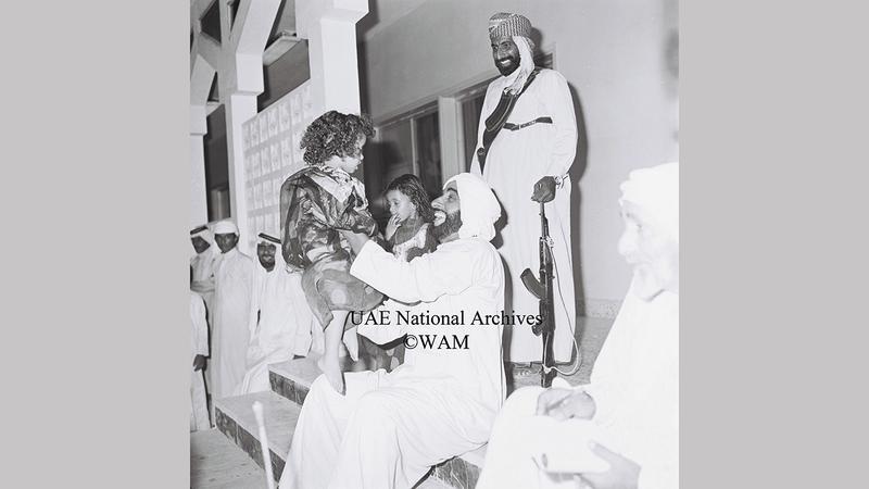 الشيخ زايد خلال لقائه بالمواطنين في جزيرة دلما يوليو 1978.«الأرشيف الوطني»