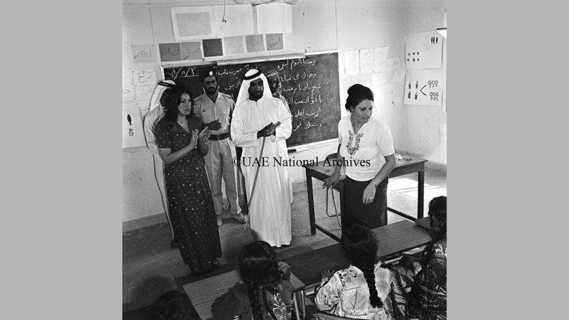 الشيخ زايد أثناء جولته التفقدية في مدرسة البنات الابتدائية في غياثي مايو 1978. «الأرشيف الوطني».