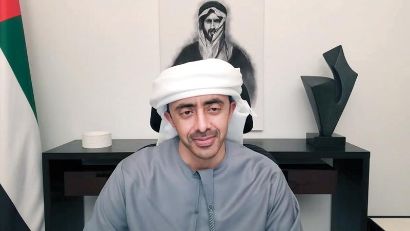 عبدالله بن زايد خلال ترؤسه مجلس التعليم عن بُعْد.   وام