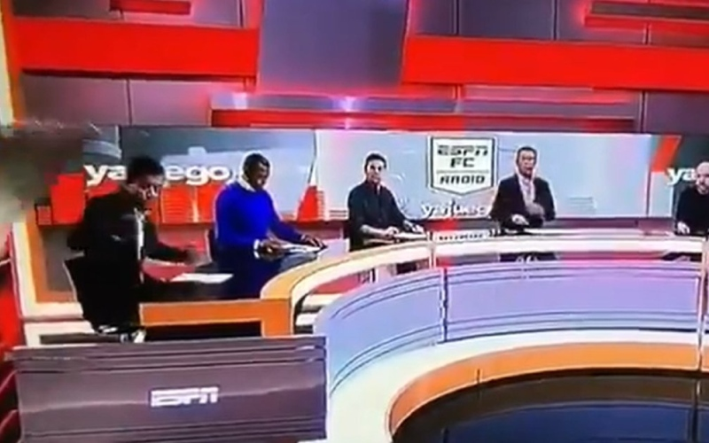 """الصورة: بالفيديو.. مذيع ينجو بعد سقوط جزء من ديكور """"استوديو رياضي"""" عليه"""