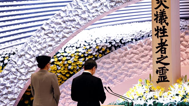 إمبراطور اليابان ناروهيتو والإمبراطورة ماساكو أمام نصب ضحايا تسونامي. إي.بي.إيه