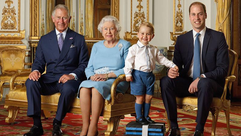الأمير الصغير جورج مع عائلته الملكية.  أرشيفية