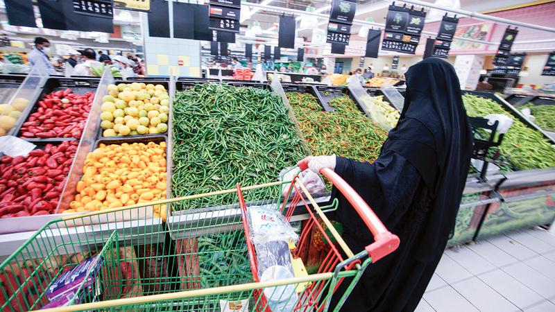 مستهلكون يفضلون الشراء المباشر للسلع الطازجة مثل اللحوم والدواجن والخضراوات والفاكهة.  تصوير: أشوك فيرما