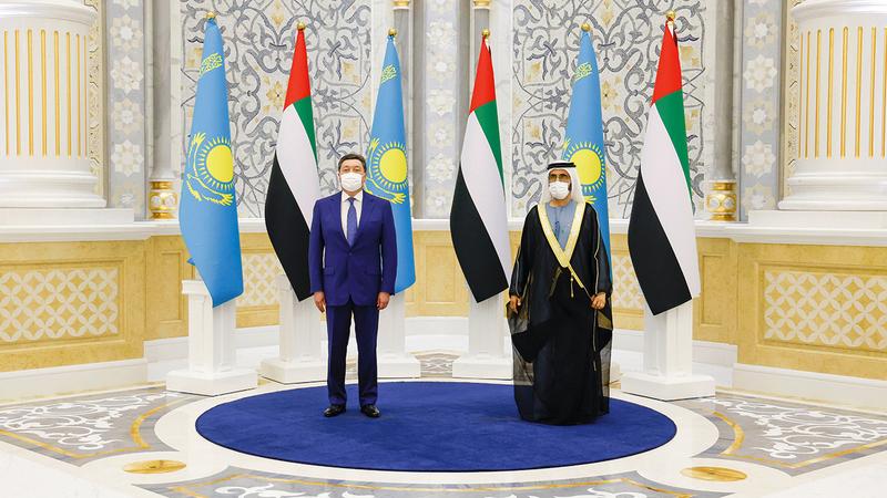 محمد بن راشد خلال استقباله أسكار مامين بقصر الوطن في أبوظبي.  وام