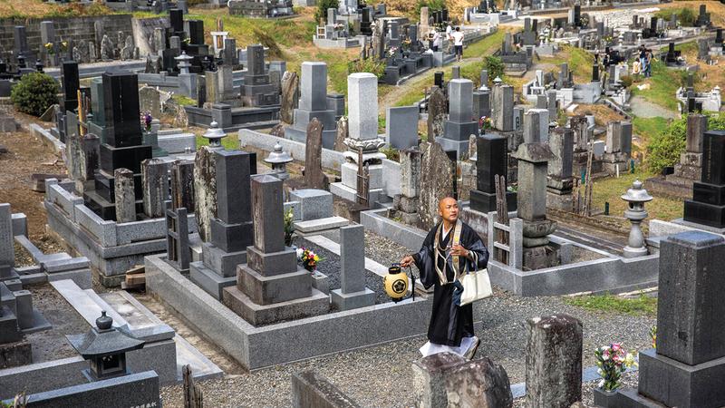 الراهب كوباياشي يزور المقابر المرتبطة بالمعبد.  من المصدر