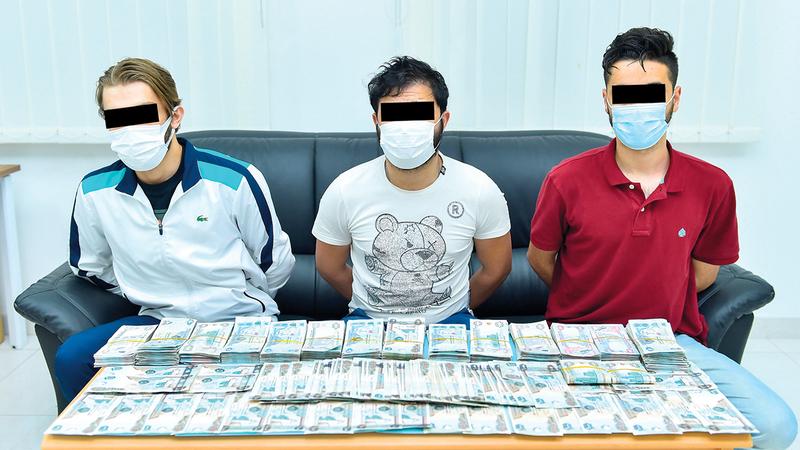3 من أفراد العصابة بعد القبض عليهم.  من المصدر