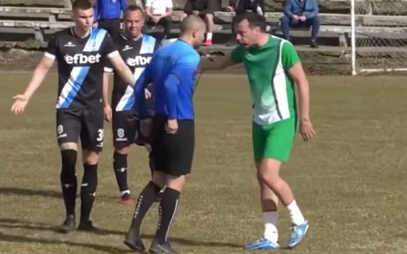 الصورة: بالفيديو.. حكم يتعرض للضرب ويهرب خارج الملعب