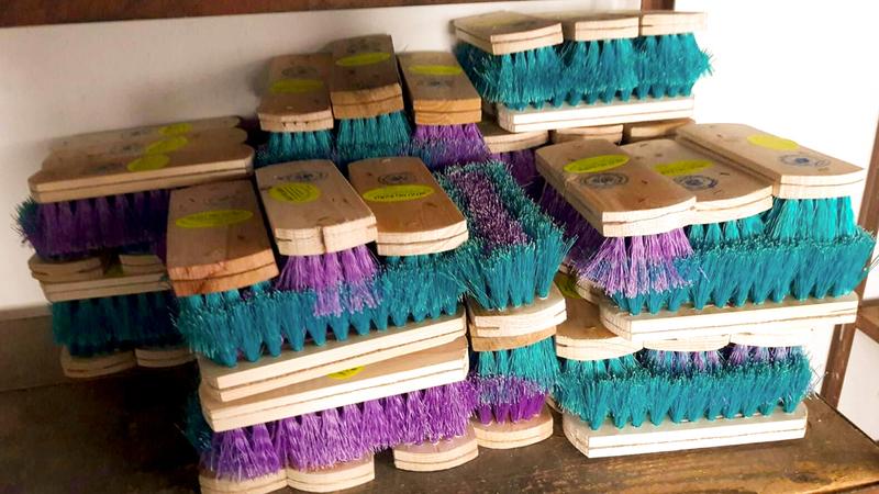 أشكال عديدة من منتجات القش يصنعها عماد ورفاقه.  الإمارات اليوم