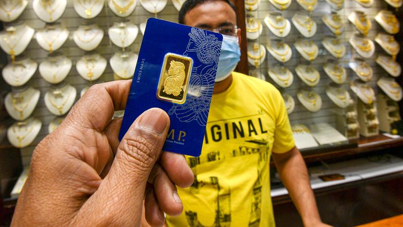 نقص الأوزان الأعلى طلباً من فئتي 50 و100 غرام جعل بعض المتاجر ترفع نسب الربحية عليها.  تصوير: أشوك فيرما