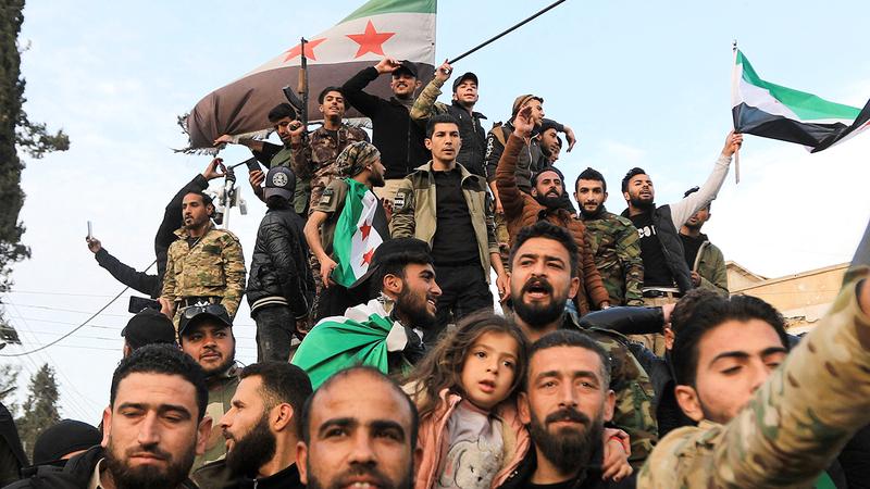 مقاتلون سوريون معارضون للأسد مدعومون من تركيا في تل أبيض التي تسيطر عليها المعارضة.  أ.ف.ب