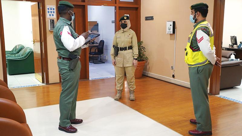 الملازم نوف أهلي خلال ممارسة عملها.    من المصدر