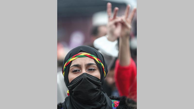 متظاهرة من أنصار حزب الشعوب الديمقراطي في تظاهرة احتجاج ضد سياسات أردوغان في إسطنبول.   إي.بي.إيه