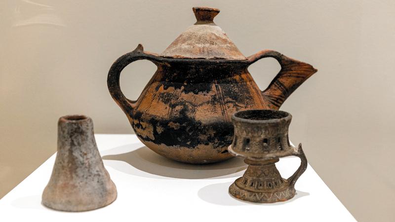 معروضات مميزة يعود عمرها إلى مئات السنين.  من المصدر